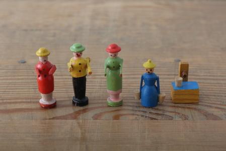 ●限定1セット ●買付けた国:ドイツ  木の人形やクリスマス飾りで有名なエルツ地方に近いドレスデン。だからエルベの蚤の市では、木製品もよ〜く見かけます。青い服の女性は、水を汲んだあとはどうするのでしょうか? 他にもいろんな人形がいたのかもしれませんね。それにしても4人並んで前へならえをしている姿の愛らしいこと、笑えます。 古いものです。ラフな作りに、経年上のペイントはがれ、汚れがあります。ご了承ください。