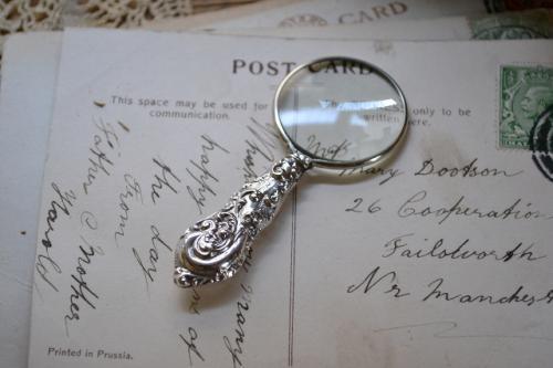 小型のスターリングシルバー(シルバー925)純銀のルーペです。 柄の部分には豪華な装飾があります。 状態の良い商品です。 布製のケースが付属します。