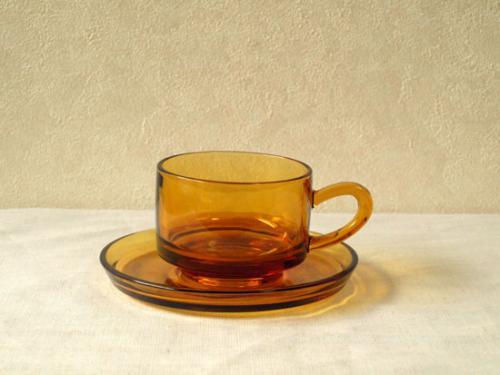 レトロの定番アイテムといえばコレ!  どこか懐かしさを感じるアンバーのカップ&ソーサー。  スタッキングも可能なので収納にも便利です♪  もちろん耐熱なので、温かいお飲物に最適です♪