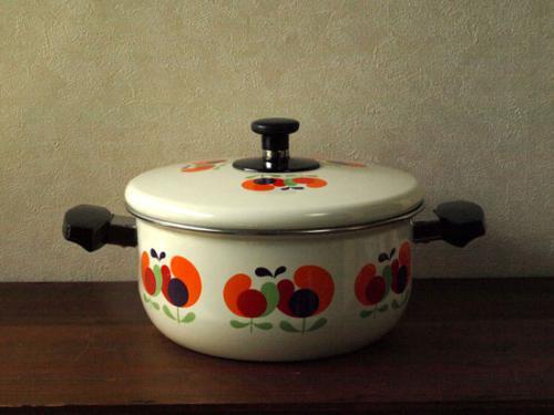 レトロポップなデザインがカワイイ昭和テイストなお鍋。  カワイイ色使いなので、キッチンや食卓が華やかになります。  昭和の食卓には必ずと言って良いほどどこのおうちにもあったレトロなお鍋。  最近では、食卓で見かける機会も少なくなりました。  琺瑯のお鍋は、熱伝導が良く、保温性にも優れているので、鍋全体から熱が均一に伝わり、じっくり煮込みむ料理などに向いています。  また、色移り、臭いが残りにくいことから、昔はどの家庭でも使われていました。  とってもレトロなデザインなので、このまま食卓にどうぞ。