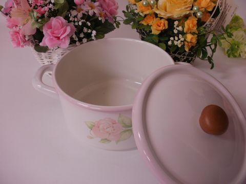 優しいピンクのバラの花を描いた両手鍋、同シリーズを揃えればキッチンがバラの花園になります。