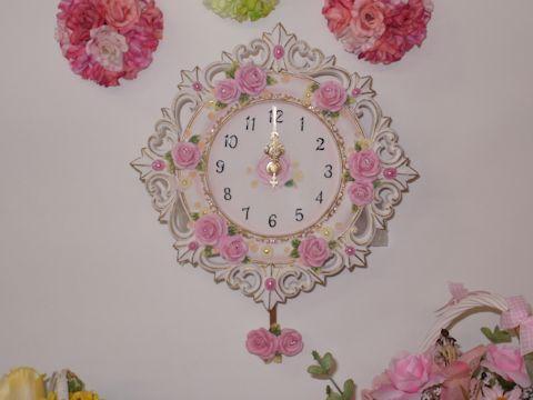 透かしのレリーフに華やかな色合いのバラをあしらった振子時計