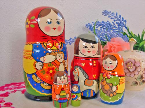 おもちゃを持った子供たちがかわいらしく描かれています。 大変品質のよいお品。出産祝いや子供さんへの贈りものとしていかがですか?  マトリョーシカのふるさと、セルギエフ・ポッサードという街のマトリョーシカ工場で作られたお品です。工場と言っても全ての製品は職人さんの手描き。確かな技術が作り上げたかわいいかわいいマトリョーシカです