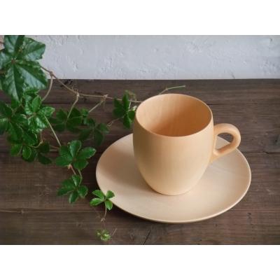 映画「しあわせのパン」で使用された人気のマグカップです。 あたたかいホットミルクがこのマグで登場してました。 木をうすくうすく削る技術と、木の持つあたたかさをあわせた、ふうわりとまるいたまごの形の器のシリーズです。 たまごの曲線が手にやさしくなじみます。