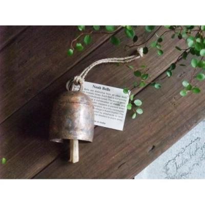コーン、と響く音色がとてもきれいで澄んでいます。 玄関に吊るせば、幸運を運んできてくれそうな、そんな心地いい音色です。