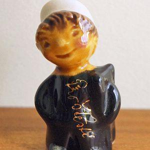 チェコのバザールでで出会った小さな陶製のお人形です。  チェコでは煙突掃除夫さんの事をコミニークと呼んでいて ススを取り除いてくれるお仕事柄 幸運をもたらすシンボルとして知られています。  煙突の家の多いヨーロッパではこういった掃除夫さんが ハシゴやブラシを持って煙突掃除をしてくれるそうですが チェコでは黒い洋服に白い帽子がトレードマーク。 肩には梯子を背負っていますね♪  ニッコリとした笑顔でこちらを見つめる様子も可愛らしく 置いておくだけでも幸せを運んできてくれそうな一品です。