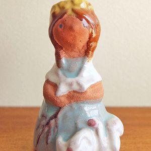 チェコのバザールでで出会った小さな陶製のお人形です。  三つ編みに花輪を被っていて、小さく透き通った ブルーの瞳がとても美しいです。 足元にはアヒルが3匹寄り添っています。  物静かに輪と佇む女の子の様子が可愛らしく 小さくても存在感のある一品です。 プレゼントにもおすすめですよ♪