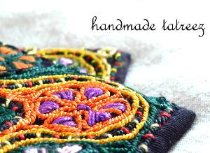 パレスチナ製、パレスチナの伝統刺繍による、小さめポシェットです。絹糸を使っているため、光沢があり品のある仕上がりになりました。ヨルダン川西岸地区からの、正真正銘のパレスチナ製です!