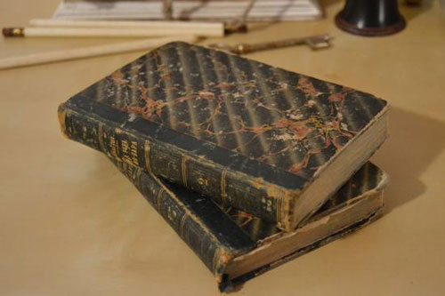 1839年に発行されたスペイン語の貴重なヴィンテージ本。スペインの歴史を感じるおしゃれな一冊をお部屋の本棚に加えてみませんか?本物の一点物ですので、アンティーク雑貨に初めて触れる方にもオススメの逸品です。