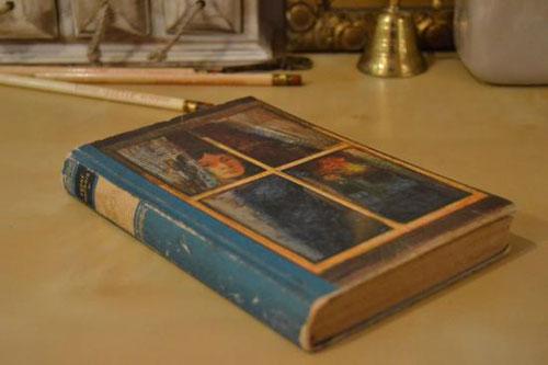 スペインで仕入れた1965年発行のアンティーク書籍。背は明るめの青色で、表紙には人物が描かれています。長い年月が加工品には出せない本物の風合いを醸し出しています。お部屋のインテリアに本物のヴィンテージ古書を加えてみてはいかがですか?一点物ですのでご購入はお早めに!