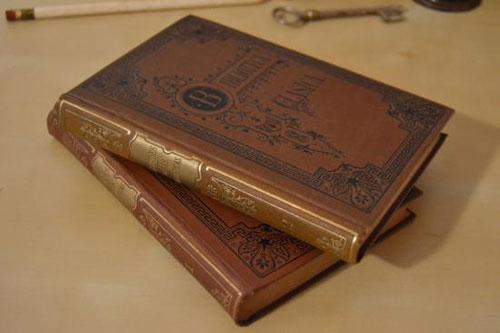 1909年に発行されたスペイン語の貴重なヴィンテージ本。表紙、裏表紙、背表紙全ての文字や模様がエンボスになっています。ヨーロッパの歴史を感じるおしゃれな一冊をお部屋の本棚に加えてみませんか?本物の一点物ですので、アンティーク雑貨に初めて触れる方にもオススメの逸品です。