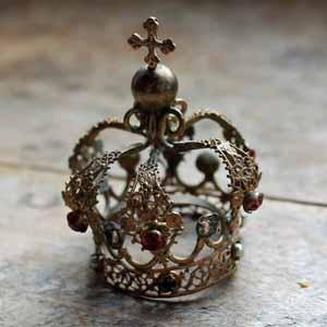 非常に珍しい、マリア様像用の王冠。 普通の物はもっと大きいのですが、こちらは非常に小さいものです。 小さいものですがきちんと作りこまれていて、ガラスパーツも全部そろっています。 古いものなので多少の形の歪みがあります。