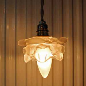 かわいい小さなバラ型のランプシェード。 電球はネジ式のシャンデリア球(日本の物もOK)です。 古いものなので、多少の汚れ、傷がありますが、欠け、ラインはありません。電球のソケットや電線は新しいものです(フランスの規格)。 販売は電球無しとなっております。。