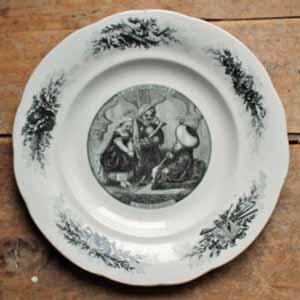 クレイユ&モントローのLM&CIE時代のトロフィー刻印が入っているデザート皿。 Les grand Enfantsシリーズの物で、当時の貴族の子供たちの様子が描かれています。 ナポレオン�時代の物らしく黒のシックなTransfert柄が素敵です。 古いものなので貫入、シミ、が入っていますが、欠け、ラインはありません。