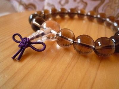 ж・。ж スモーキークオーツ念珠ブレスレット ж。・ж  スモーキークォーツは、心身を安定させ、恐怖や不安を解消するのに役立ち、邪気払いのお守りになります。  念珠は身近な仏具ですが、いつも手に持っているわけにはいきません。 そこでいつも身に着けていられるように念珠ブレスレットができました。 数珠と同じように厄除けや心願成就のお守りとして手首につけてください。