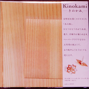 吉野杉で作ったきのかみです。  吉野杉を薄くスライスして、 同じく薄くスライスした紙に貼り合わせました。  美しい木目は、本物だからこそ1枚1枚違っています。 杉の持つ独特の色合いも違います。  ペーパークラフトの材料やメッセージカードに 封筒としても、お使いいただけます。