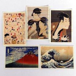檜で作ったポストカードです。  国産ヒノキを薄くスライスして、 同じく薄くスライスした紙に貼り合わせました。  1枚1枚違った木目に、違った浮世絵をプリントしました。  ポストカードとして 日本のお土産として フォトフレームに入れてインテリアとして  5枚1セットです。  1.葛飾北斎「凱風快晴」 2.葛飾北斎「神奈川沖浪裏 3.東洲斎写楽「大谷鬼次の奴江渡兵衛」 4.喜多川歌麿「寛政三美人」 5.歌川国芳「其のまま地口 猫飼好五十三疋」