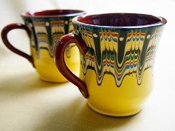 ヨーグルトやバラの香水でも有名なブルガリアですが、実は、かわいい手作り陶器でも有名なのです。  伝統的なトロヤン柄模様が鮮やかな黄色で描かれたかわいい手作りマグカップです!  一日の始まりは、このブルガリアのマグカップと共に! 丸みがあって、意外にいっぱい入ります。 たっぷりのコーヒーを飲みたい時にぴったり☆  可愛い柄に似合わず、手に取ってみるとしっかりとした重みがあります。もちろん、電子レンジの使用も可能です。