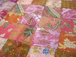 見ているだけで気分も華やぐ、カラフルで可愛いオールドバティック・パッチワークカーテンです。 洗い晒した柔らかいコットン。使い込まれたしなやかな手触り。 古布独特の何とも言えない風合いが魅力の、オールドバティック。 色とりどりの柄を約15cm角に繋ぎ合わた、カラフルで可愛いカーテンです。 日本では、ジャワ更紗とも呼ばれ親しまれているバティックは、和のインテリアとも相性が良いです。 カーテンはもちろん、暖簾や部屋の間仕切りとしてお使い頂いても♪