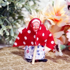 スイスで見つけた赤いドットの頭巾をかぶったおばあさんの人形です。 布部分に少し糸のほつれがあります。 裏の足の部分に接客剤が少し残っており、欠けている箇所があります。全体的には良いコンディションです。 ドットの頭巾に花柄の洋服を着て、杖を突いたおばあさんの人形です。ディスプレイのコレクション用にいかがでしょうか。
