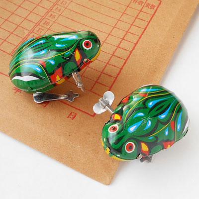昔懐かしい、レトロなブリキのカエルのおもちゃです。ゼンマイをまわすと、ぴょこんぴょこんと跳ねて動きます。6.8×4.5×2.5cm