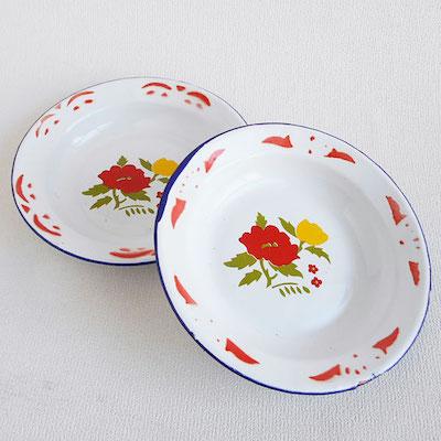 青い牡丹の花がプリントされた、陶器のペンダントです。組みひもをスライドさせて、長さ調節できます。プリントの濃淡は、一つ一つ微妙に異なります。陶器:縦3.3×横4.7×厚さ0.5cm、ヒモの長さ:約42〜80cm