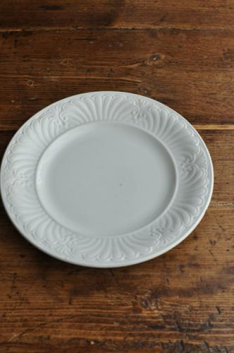 レリーフの陰影がとても美しいお皿です。