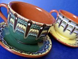 ブルガリアの職人さんに直接依頼して作ってもらっている、伝統的な焼き物トロヤン焼きです。只今セール中です。  キュートでかわいいティーカップです。同じくトロヤン柄のソーサーとセットでこのお得な価格です。もちろんコーヒーを入れてもOK。来客時のおもてなしにお使いになると、あなたのセンスがきらり☆彡  机の上のインテリアとしてもGOOD!