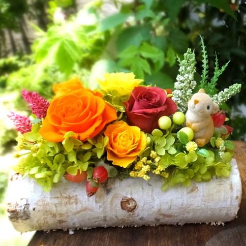 まるでおとぎ話の世界に入り込んだようなうさぎちゃんのアレンジ。。。白樺の幹にこぼれんばかりのバラと木の実を添えて子うさぎちゃんがひと休み♪ お部屋にちょこんと置くだけで会話も弾み、そこは温かいホッコリとした空間に・・・