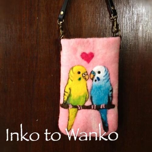 羊毛フェルトで製作した セキセイインコのスマートフォンケースです。  厚みがあるので、 スマートフォンをしっかり守ってくれます。  フェルトは、ピンクと白のマーブル地。 裏面には、黄色い羽の模様が入っています。  ◯他のインコや他のフェルト地の色でもお作りいたします。 ご希望の方は、ホームページ http://www.inkowanko.com  よりメッセージをお願いいたします。