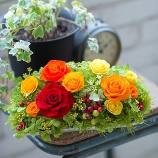 ビタミンカラーの薔薇をふっくらこんもりと白い花器にアレンジしてみました。 目覚めるようなコントラストとみずみずしさに心癒され、新しいパワーを貰えそうな そんな気分にさせてくれると思います。ご結婚祝い、ご出産、新築祝い等々様々なお祝事にお使い頂けます。
