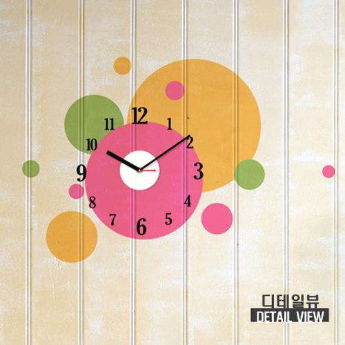 グラフィックステッカー壁かけ時計は、壁面をあっという間にアート作品に変えるステッカー型の壁掛け時計です。 アートの種類も18種類と豊富にあります。時計部は無騒音の時計を採用しデザイン空間を邪魔しません。  地味なへやが明るく素敵なデザインに変身します。