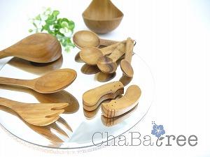 優しい木の質感が魅力的なChaBatree(チャバツリー)の製品。 キッチンカトラリーを中心に食卓を華やかに心弾むアイテムばかりです。 高品質の天然チーク材を使い、農薬は自然由来成分で人体に害のないものを使用し、大量生産では作る事のできない木目を生かした滑らかな質感は、一つ一つ丁寧に職人さんが作り上げている証。 使うごとに少しずつ色や風合いが変わっていくので是非永く愛用していただきたい製品です。