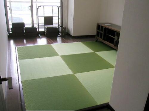 畳の上でゴロンとしてみませんか? 夏は涼しく、冬暖かい琉球畳をフローリングの上に敷いて、い草の香りと共にゆったりとした時間を過ごしてみませんか>
