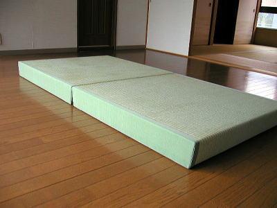 天然い草使用の畳ベッド。軽いので持ち運びもラクラク!! 適度なクッション性といぐさのさわやかな香りを届けます。 畳ベッドは、置くだけでベッドになるので、すぐに横になれます。 大きさは、半畳サイズ1000mm×1000mm×厚さ115mmが2個セット。 芯材は、身体に優しい、ちょっと柔らかめです。 重量も約8kgなので、女性でも運べます。 並べて使用すれば畳ベッドに、重ねればちょっとした腰掛になります。