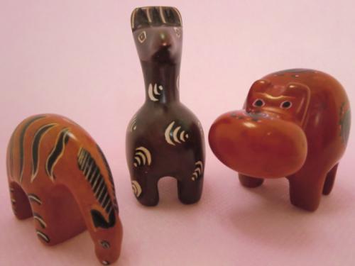 アフリカケニアの石鹸のような肌触りの石。ソープストーン彫刻品10cm程の小さな動物モチーフ置物。ユニークでかわいい表情が人気です。インテリアとして、ペーパーウェイトとして使い方は色々♪