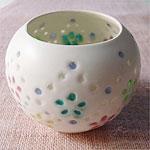 蛍手という技法を使った作品です。 陶芸作家 河合里奈さんの作品です。 マットな白い磁器に、いろいろな色の釉薬が光をあてるとステンドグラスのようにきらきら輝きます。