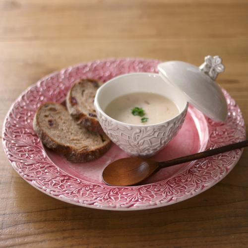 立体的なバタフライ柄が印象的なピンク色のディナー皿。 歴史あるポルトガルの工房で手作りされた、スウェーデンデザインのハンドメイド輸入食器。 高級感あるディナープレートで、優雅なテーブルセッティングに! 幸せを運ぶと言われる蝶々柄の食器は 結婚祝い、引き出物などのギフトにも!  MATEUSは、スウェーデンのモダンデザインとポルトガルの職人技とのコラボによる新しい感覚のテーブルウェア。