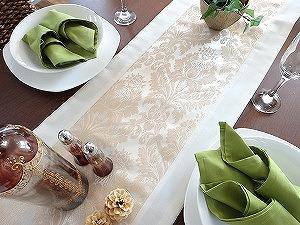 【期間限定価格値下げ】 オリエンタルな雰囲気でラグジュアリーなテーブルランナー。 品のあるダマスク柄が刺繍されています。 しっかりとした生地で作られているので高級感があります。 ダイニングテーブル、サイドボード、タペストリーとして飾れる万能ファブリックです。