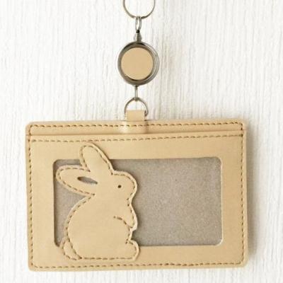 革製ICカードケースです。 リール付きなので鞄などに着けたままタッチ出来ます♪  たち耳さんとたれ耳さんの2デザイン&茶色、クリーム、ペールピンクの3カラーご用意しています☆