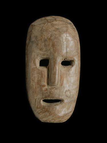 インドネシア・ティモール島のプリミティブ・アート 木彫りのマスクです。  ぽっかりと開いた目と口が、味わい深い表情を持つ木彫りのお面です。  左右非対称の仮面は、観る角度により様々な感情を呼び起こします。不思議な魅力を持つティモールの仮面です。  手のひらに収まるくらいの小さなティモールマスクですが、存在感のある一品です。 こちらの商品は手作りの一点ものになります。