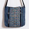 四角いボディ全面にモン族古布を使ったシンプルスタイルのななめがけバッグです。