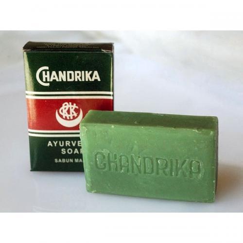 世界中に多くのファンを持つ「チャンドリカ・ソープ」。インド発祥のアーユルヴェーダの考えに基づき作られています。  天然のハーバルオイルがお肌を優しく包み、泡切れの良いさっぱりとした石鹸です。 動物性成分は一切使用せず、植物の力で作られたチャンドリカ・ソープ。毎日のスキンケアにお役立てください。