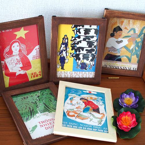 お部屋にもベトナムを♪  ベトナムの色んな場所で見かけるプロパガンダアート*  政府やその関連機関がお知らせのために出している看板は 近年「プロパガンダアート鑑賞」として楽しまれています。 それらのイラストのポストカードをフレームに入れてみました。  上部に金具がついているので スタンドを使って立て掛けたり 壁に貼り付けたりとお楽しみ頂けます♪