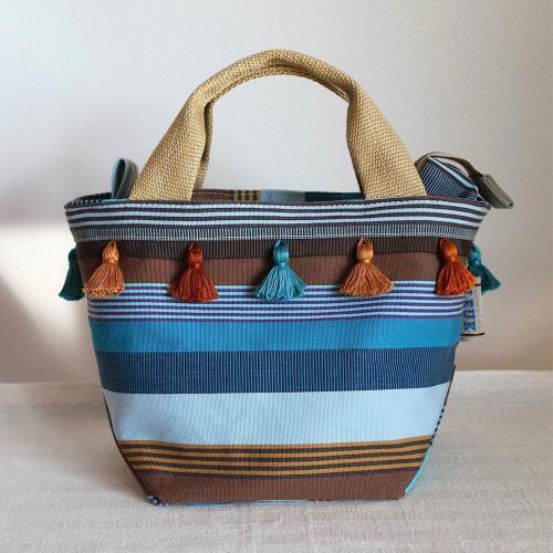 ちょっとしたお出かけや、ランチタイムなどに便利なファスナー付きミニトートバッグです。 底面が広いのでランチボックスも入れられ、横長財布も丁度納まるサイズ。 バッグ本体の内側にはポケットがひとつ付いています。