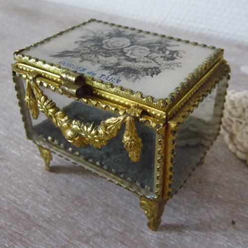 硝子のジュエリーボックス。 蓋にも薔薇の絵柄があり、正面の側面にはローズガーランドが施された大変レアなボックスです。 装飾の欠けも硝子のダメージもないとても良い状態です。 1900年初期。