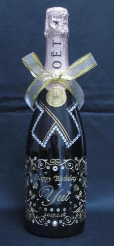 ワインボトルや シャンパン 日本酒などに 彫刻加工いたします。 ゴールドかシルバーの着色で 誕生日や記念日に プレゼントしてください。 企業やお店の ロゴマークなども可能です。  デザインは その都度 作成いたします。