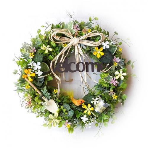 ◆ブリキのバケツ&シャベルとウェルカムプレートでカントリーテイストにアレンジ。 かわいい小花が咲き乱れるガーデンに、黄色い小鳥が遊びに来たような・・・。 あたたか味のあるナチュラルなリースで、お部屋に春がやってきます♪  ※こちらはご注文をお受けしてからの制作となります。 花材の仕入れ状況により、メインではない一部の花材が若干変更になる場合がありますが、同じイメージでの仕上がりになるようにお作り致します。ご了承くださいませ。  ※SOLD OUTになっている場合でも、花材が揃えば再販になります。  ***************************************** スウィートガーデンの無料サービス ***************************************** ◆無料で商品に以下のお好きな香りをプラスできます。   *やさしいローズの香り   *深いラベンダーの香り   *爽快なティートゥリーレモンの香り   *さわやかなベルガモットの香り  箱を開けた時によい香りがすると、何だかうれしいもの・・・。 箱を開けた時にフワッ〜と香る程度ですが、お楽しみいただければうれしいです!  ◆無料でプレゼント用ラッピング&メッセージをおつけできます。 透明フィルムにカーリングリボン&ゴールドのシールで、かわいくラッピング! プレゼント用でご利用の場合は、オリジナルカードにあなただけのメッセージを添えてお届けできます。