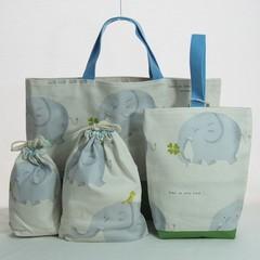 四つ葉のクローバーを持ったぞうのイラストの通園バッグセットです。  同じ生地を使った巾着袋が2つセットになっています。