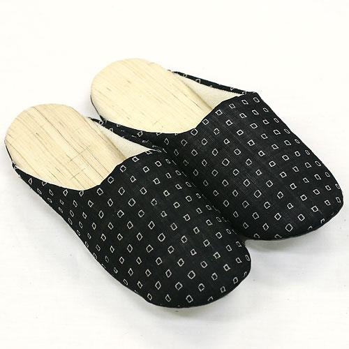 とっても履き心地の良いと評判の麻スリッパ。 足の裏にあたるそこ表には肌触りが気持ちいい麻を100%使用。足の甲があたる甲表には綿100%のパイル地のタオルを使用しているので、とっても柔らか。裸足で履いたときの心地良さが好評です。 しかも手洗いできるのがうれしい、おすすめのスリッパです。